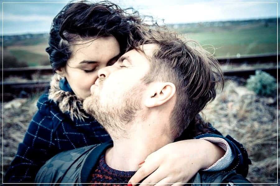 люди целуются