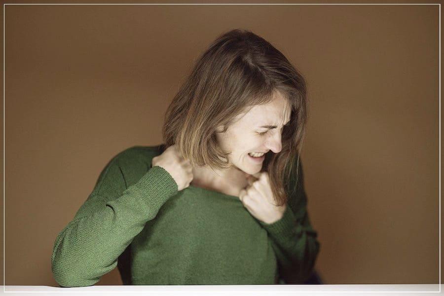 девушка испытывает стресс