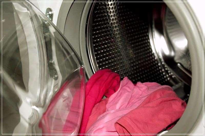 открытая дверца у стиральной машины